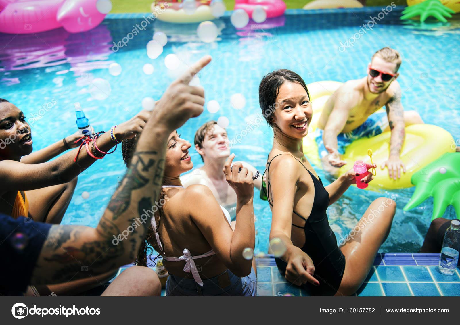 Amigos disfrutando de la fiesta de piscina foto de stock for Fiesta de piscina