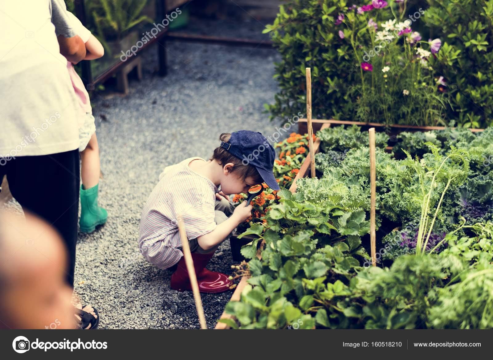 Kind is het gebruik van vergrootglas u2014 stockfoto © rawpixel #160518210