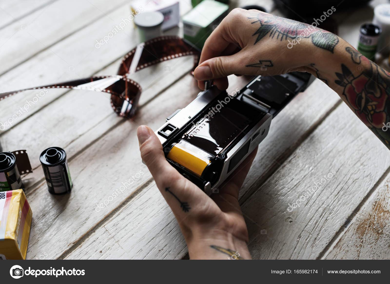 Ręce Tatuaż Instalowania Taśmy Filmowe Aparatu Zdjęcie