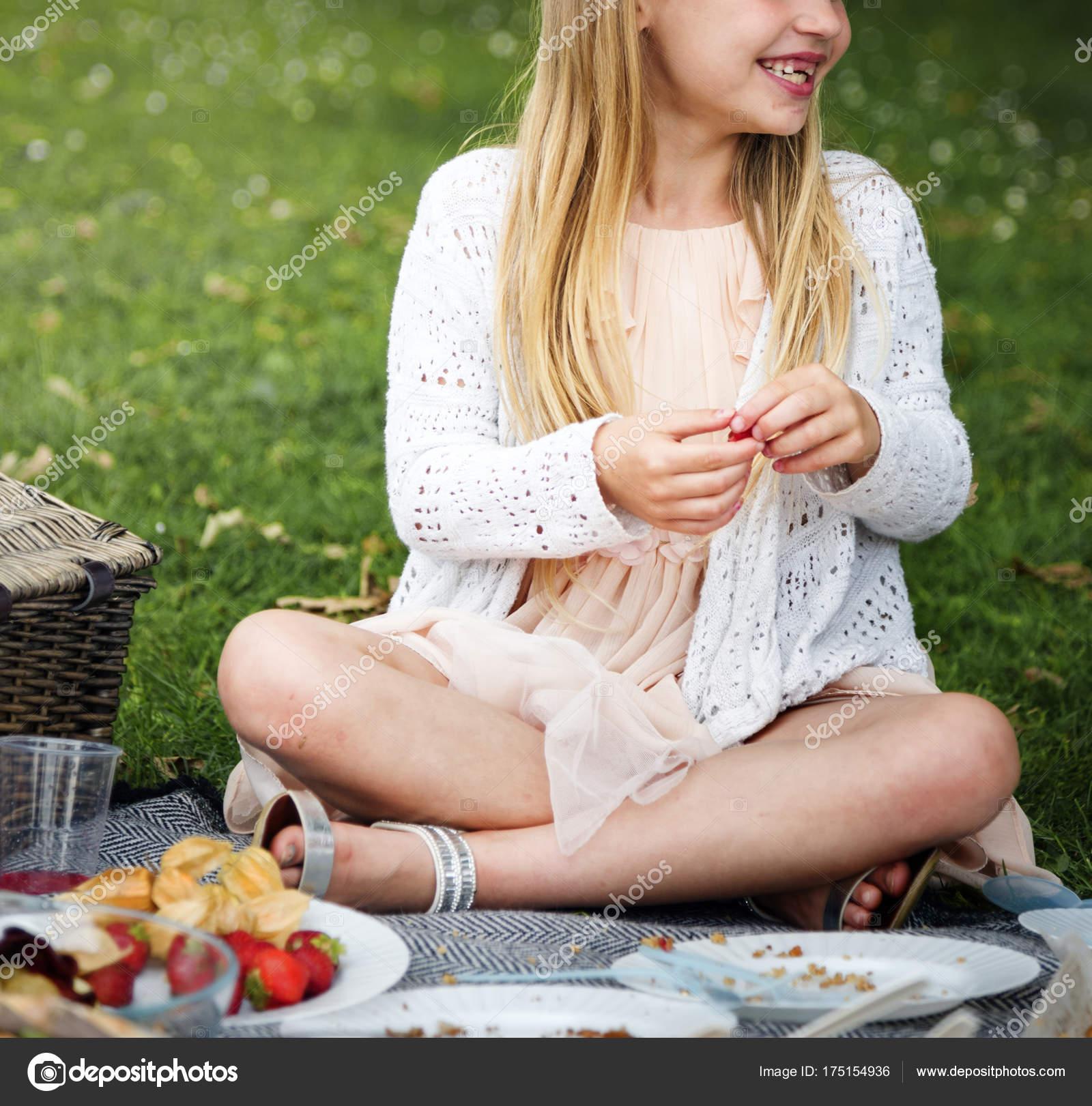 s-blondinkoy-na-piknike