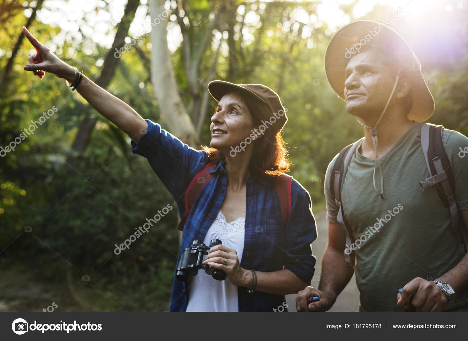 Paar mit rucksack wandern dschungel zusammen frau halten