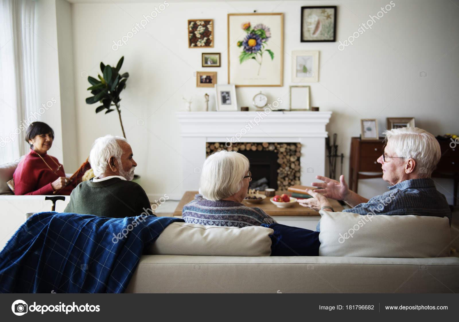 Altere Leute Sprechen Einem Wohnzimmer Stockfoto C Rawpixel 181796682