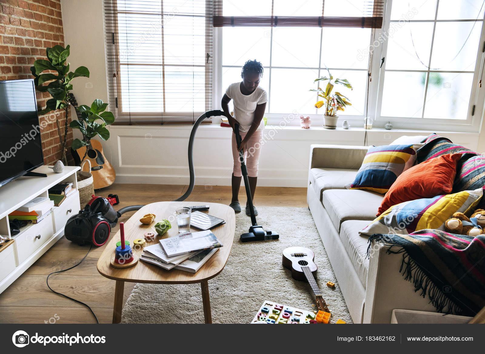 Fußboden Im Wohnzimmer ~ Afrikanische mädchen saugen fußboden wohnzimmer u stockfoto
