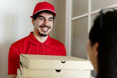 Fotografia Pizza di uomo consegna al cliente