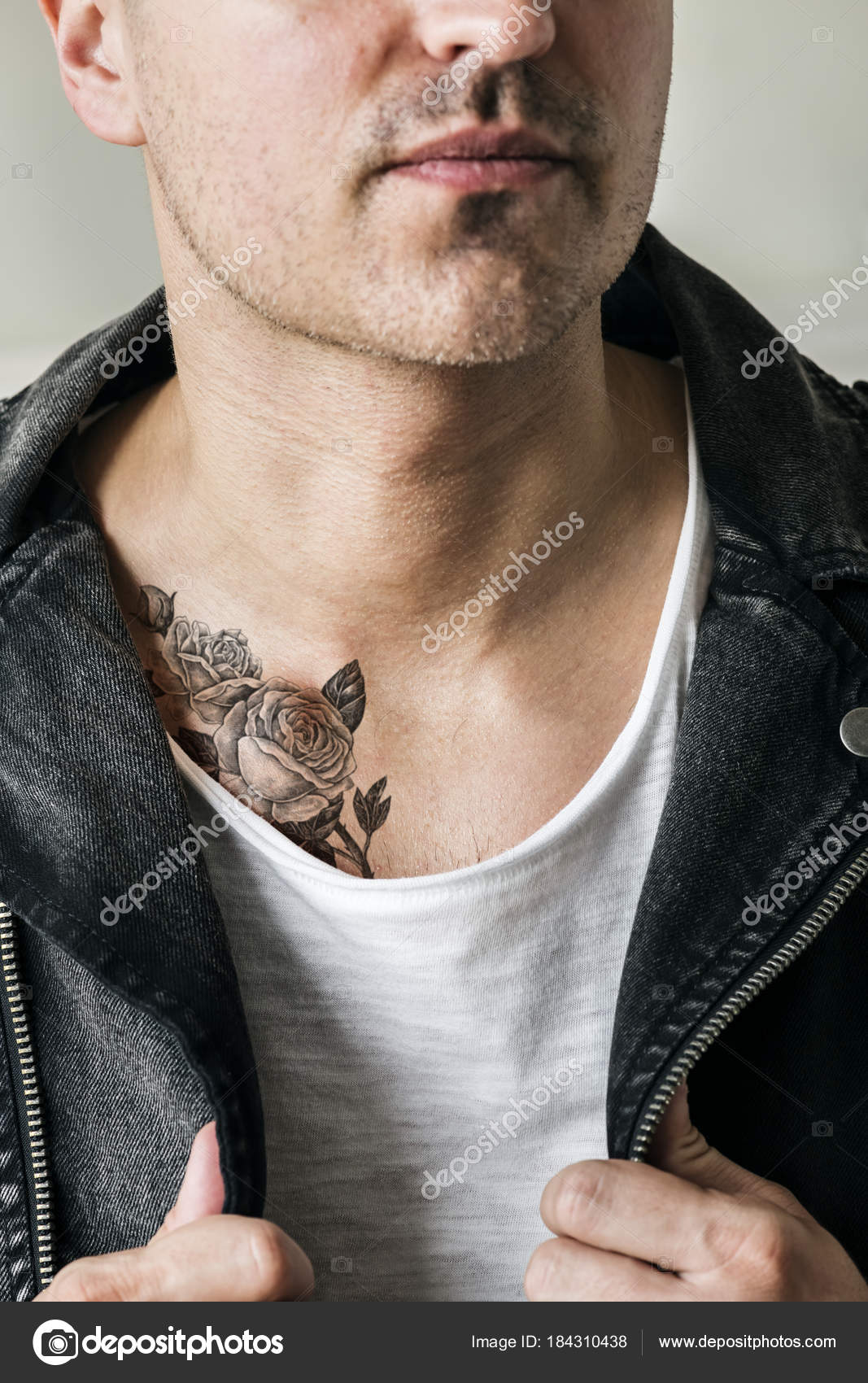 Cierre Para Arriba Del Tatuaje Pecho Hombre Fotos De Stock