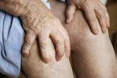 Starší žena trpí bolestí kolena