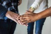 Rozdílní lidé ruce dohromady týmovou práci a konceptu Společenství