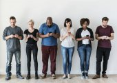 Skupina lidí, kteří používají mobilní telefony