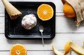 Leckeres Eis und Orangen