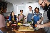 Fotografie Unterschiedlichste Menschen verbinden Kochkurs