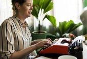 Fotografie Frau auf einem Retro-Schreibmaschine zu tippen