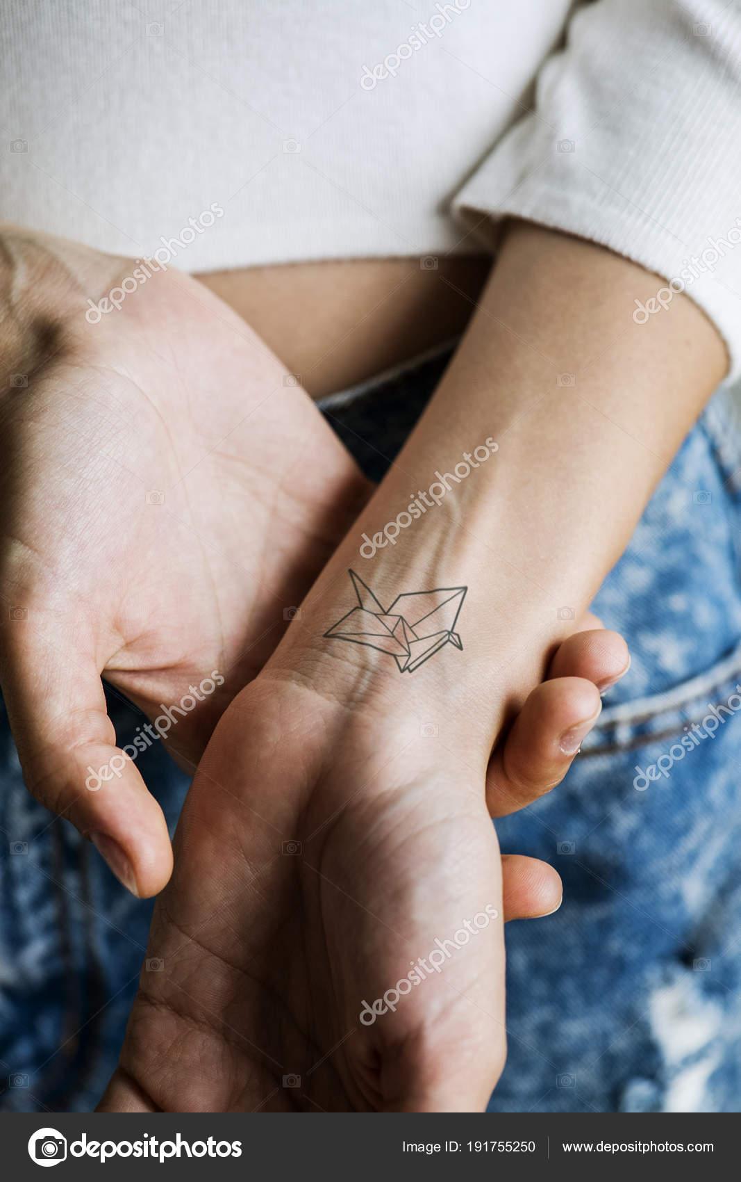 Tattoo Handgelenk Einer Frau Hautnah Stockfoto Rawpixel 191755250