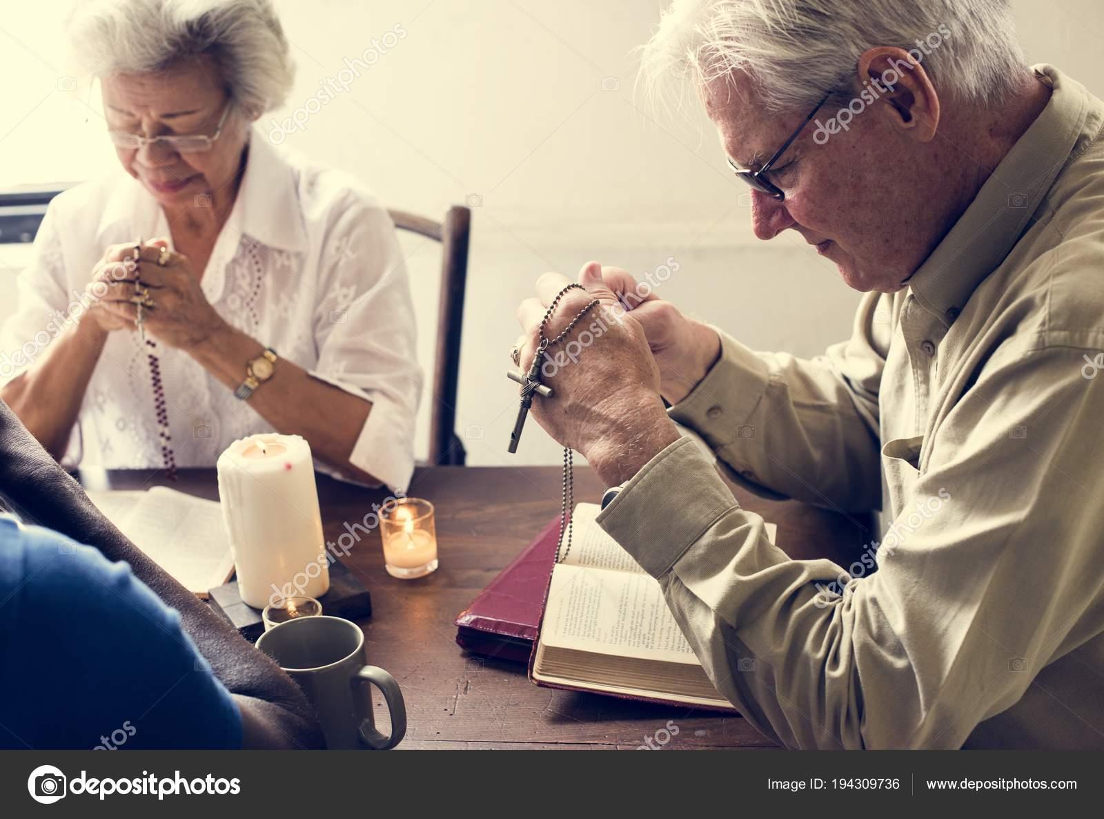 Imágenes: Alguien Leyendo La Biblia