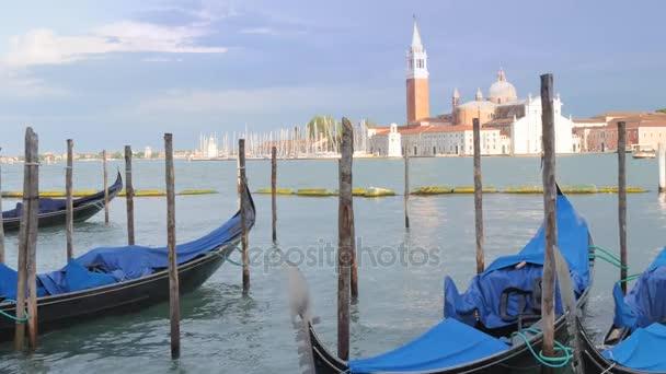 Některé gondole v Benátkách