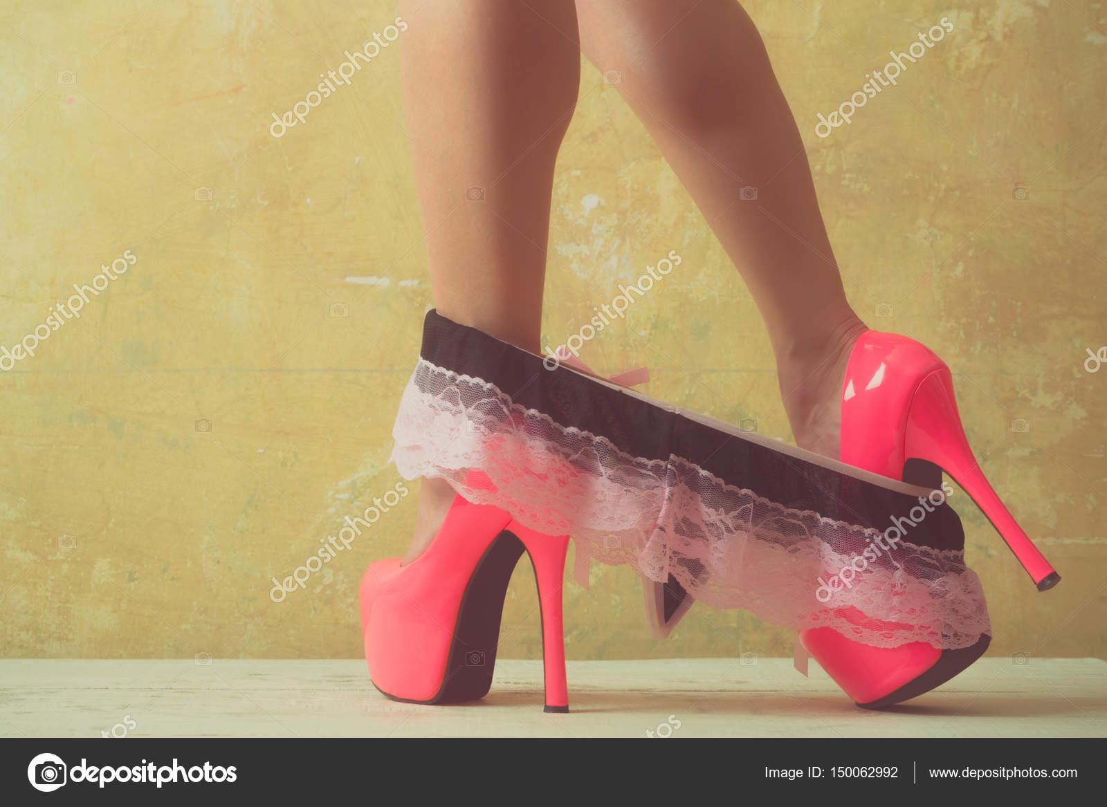 bed641eaf27a8 Vêtements et chaussures pour femmes. Minces femelle pieds dans les  chaussures. Fille enlève les