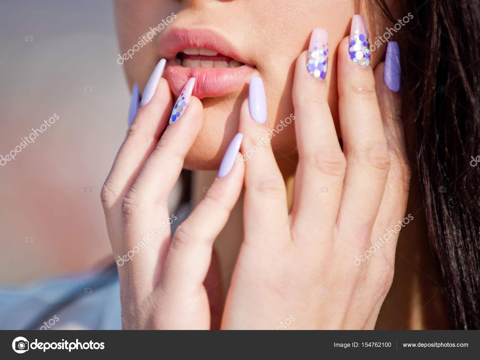 Mujer manos toquen su cara, manicura de moda para la chica, salud ...