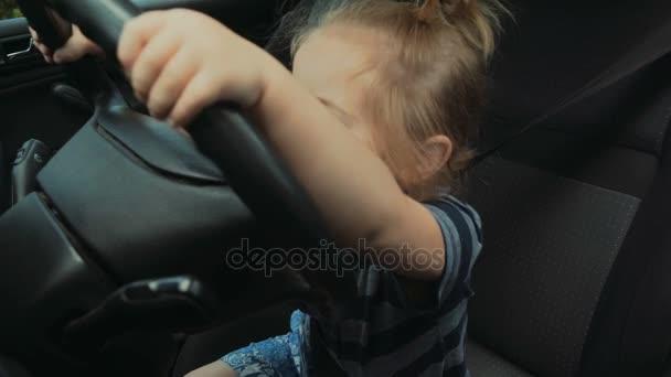 Dětská řidič, roztomilý chlapec řídit auto. Dítě drží volantu. Řízení školy, silniční a cestování s dítětem. Na dovolenou autem. Doprava a bezpečnost, bezpečnostní pásy, dětské autosedačky