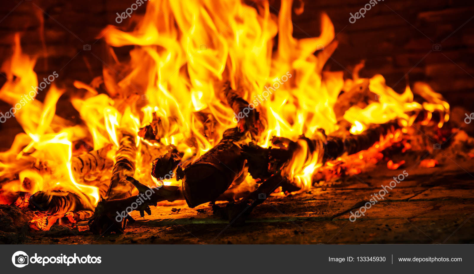 Il Fuoco Nel Camino Closeup Di Legna Da Ardere Bruciando Nel Fuoco Foto Di Slonme