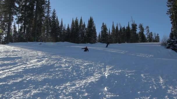 Lyžař svahu na slunný zimní den