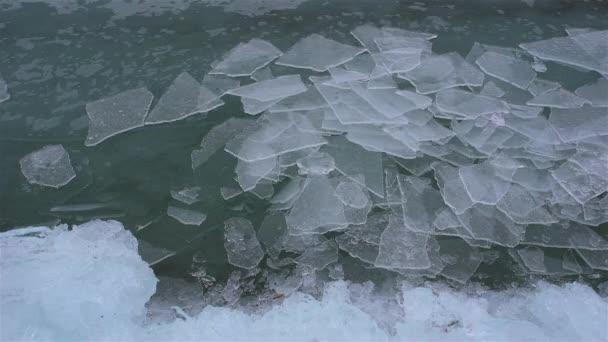 Olvadó jég a tavon