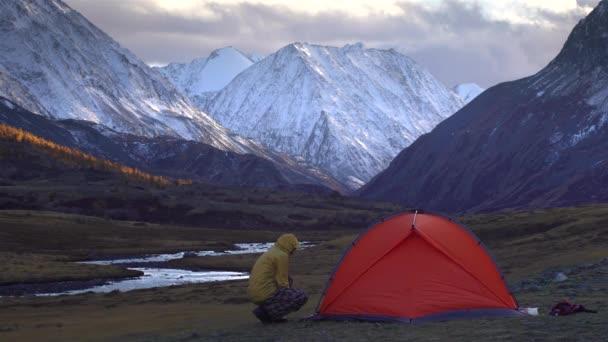 Luomo Sta Allestendo La Tenda Sullo Sfondo Del Paesaggio Di Montagna 4k
