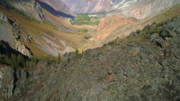 Letecké záběry. létání přes horský hřeben a údolí. 4 k. skalnatý terén