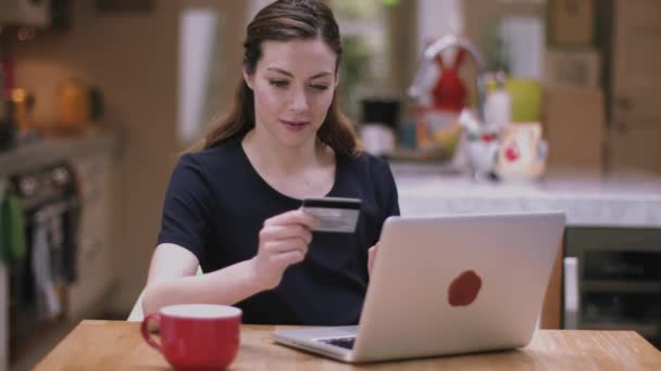 Взрослая женщина с молодым онлайн, лежня ру попы раком