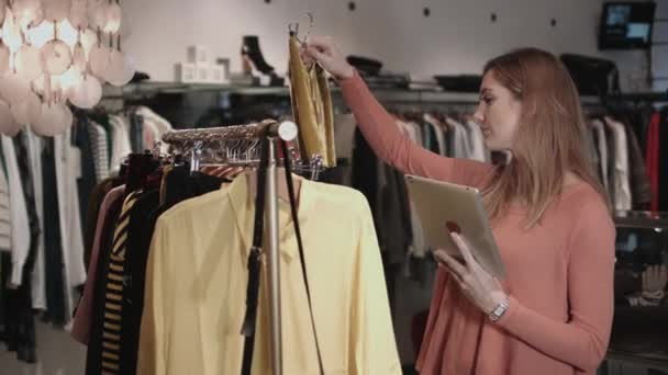 92c5cfea7d8f Ιδιοκτήτης μικρής επιχείρησης σε κατάστημα ρούχων — Αρχείο Βίντεο ...