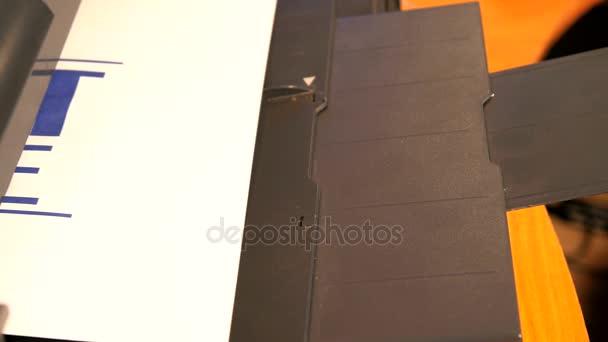 Tisk dokumentu papír s inkoustovou tiskárnou