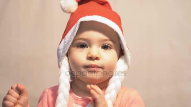 Nahaufnahme des Babys mit Weihnachtsmann-Hut