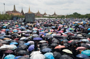 Thai people come for singing the anthem of His Majesty King Bhumibol.