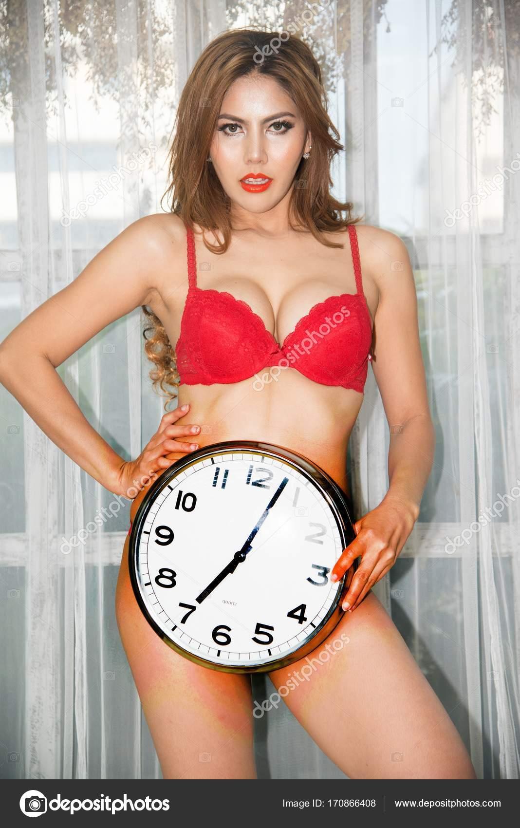 9dcdc2e4a Retrato de mulher bonita asiática em biquíni vermelho sexy posando  segurando um relógio — Fotografia de