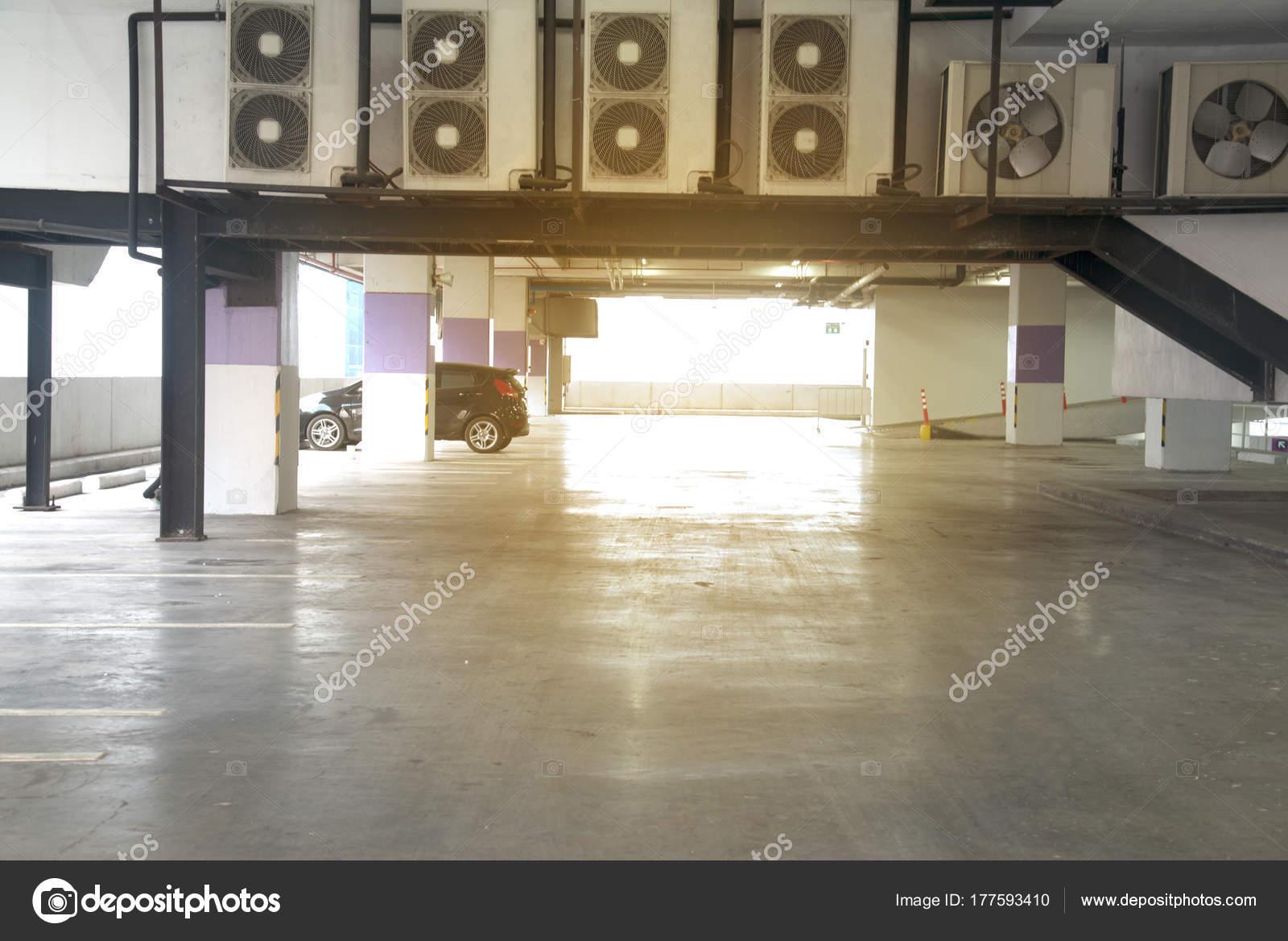Auto Parkplatz Garage Innen Drinnen Im Mehrfamilienhaus Oder Supermarkt In  Der Stadt Bangkok, Thailand U2014 Foto Von Topten22photo