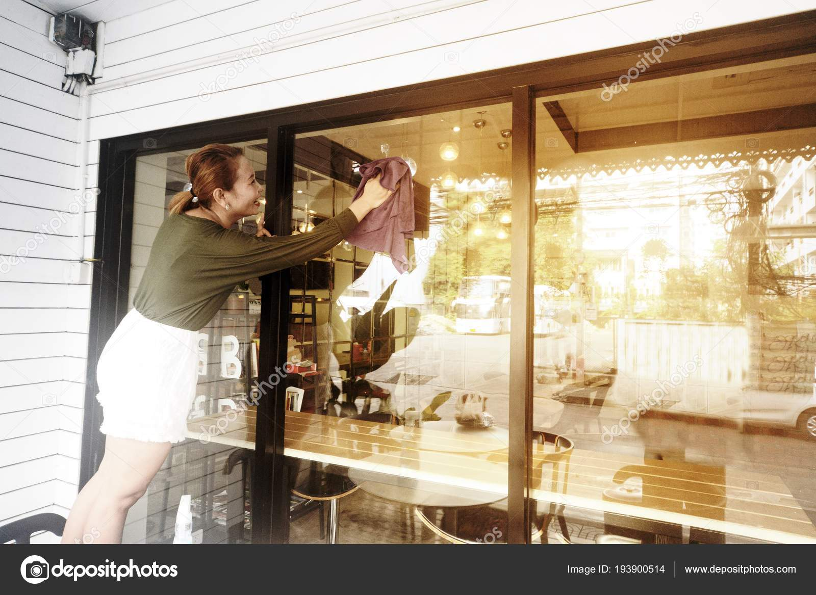 98ae27b2753c98 Asiatische Frau Magd oder Haushälterin vor einem Schaufenster Glas  Reinigung — Foto von ...