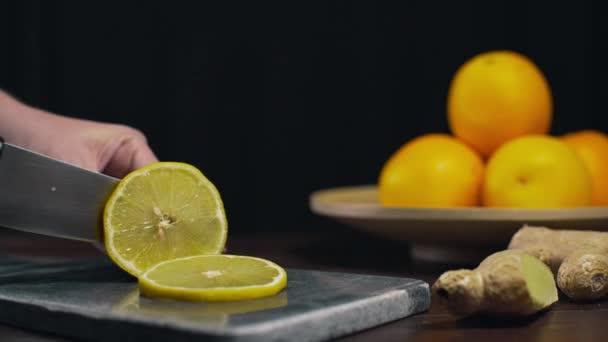 citron se krájí ostrým nožem na kamenné desce