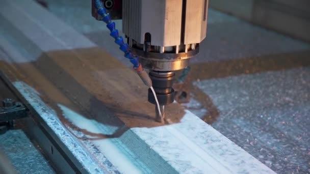 pracovní proces frézky v továrně