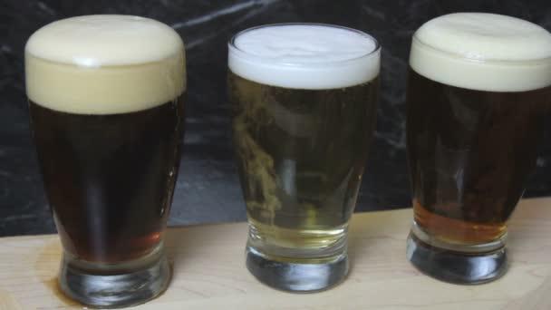 Flight pivních sklenic na servírovací podnos