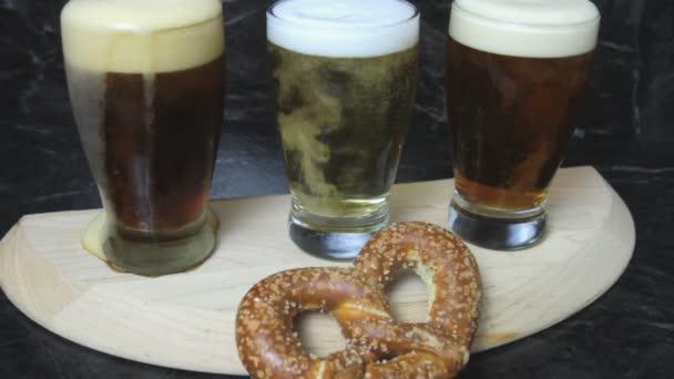 Flight pivních sklenic na servírovací podnos s preclík