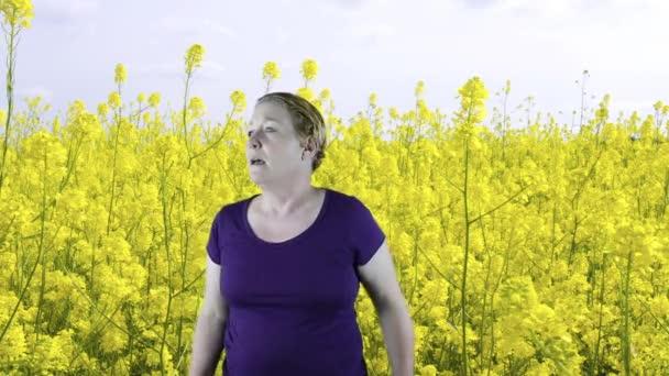 Žena kýchání, jarní květiny