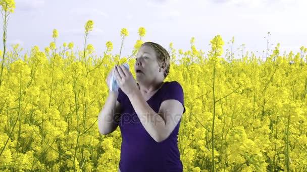 Žena, smrkání, jarní květiny