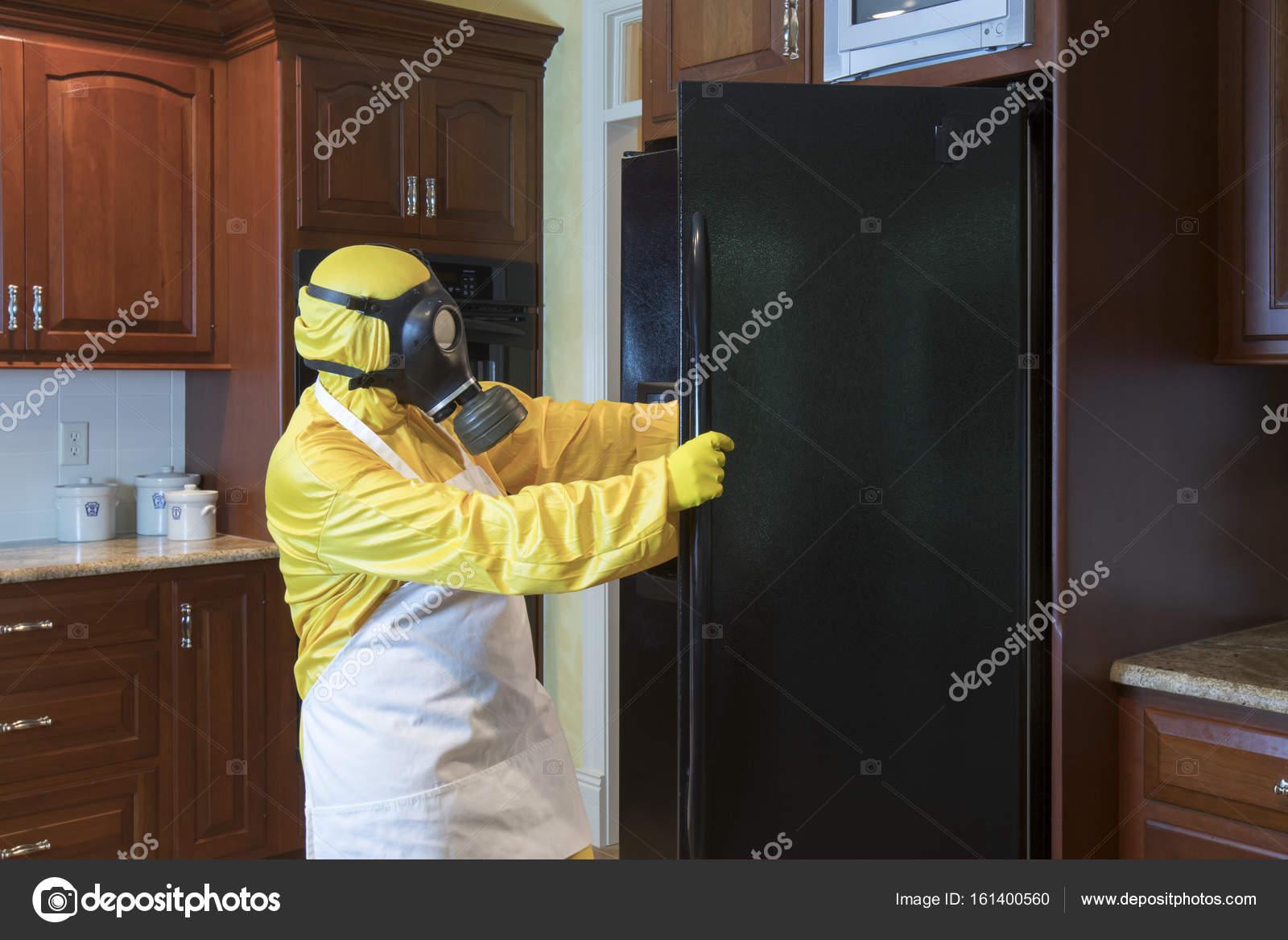 Kühlschrank Matten : Reife frau in haz matte anzug suchen im kühlschrank u2014 stockfoto