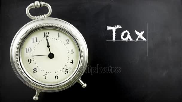 Cínové starožitný budík na tabuli s daňové čas v bílou křídou.
