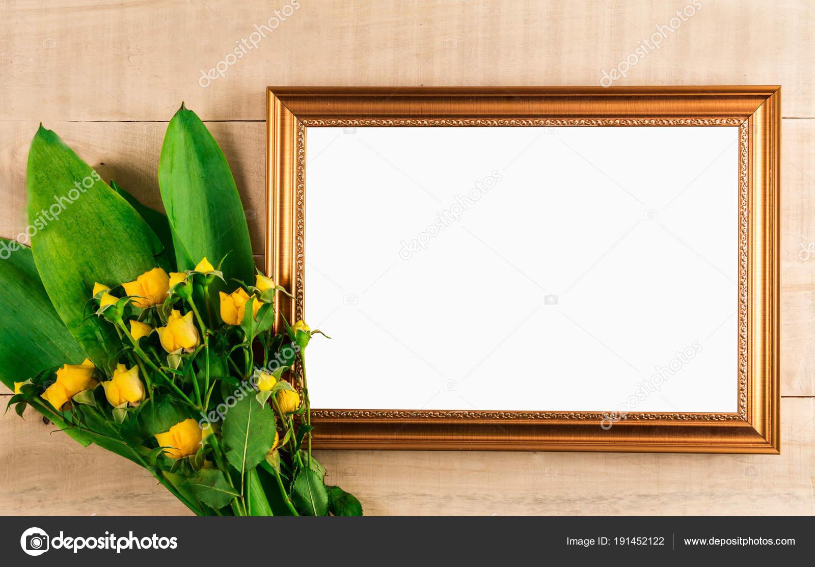 ramo de rosas amarillas miniatura y marco de fotos — Fotos de Stock ...