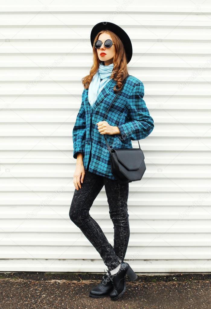 Moda joven mujer modelo sombrero negro cuadros abrigo jacke — Foto de Stock 27f7592dc31