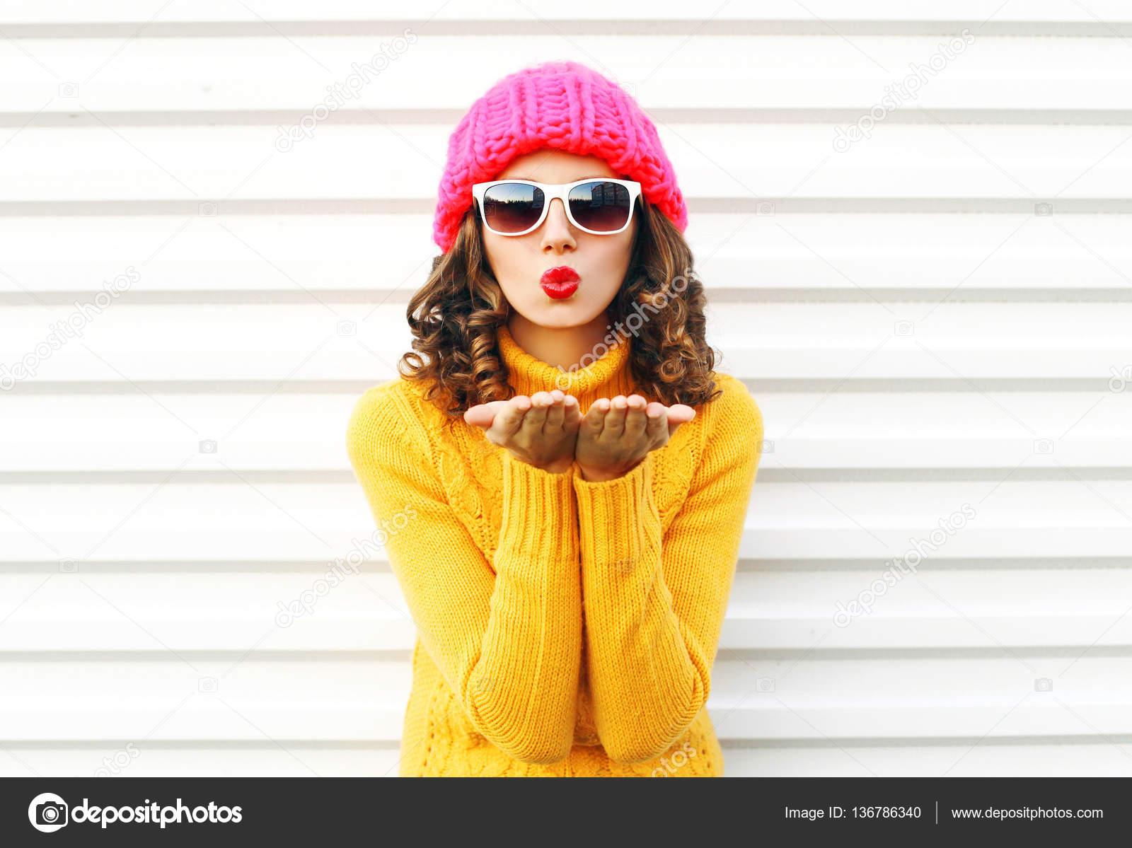 6b6189294c Moda piękny portret kobieta dmuchanie czerwone usta sprawia