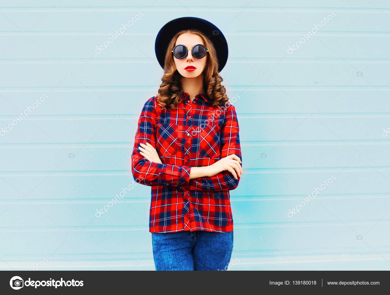 Mujer joven moda lleva un sombrero negro bba80545811