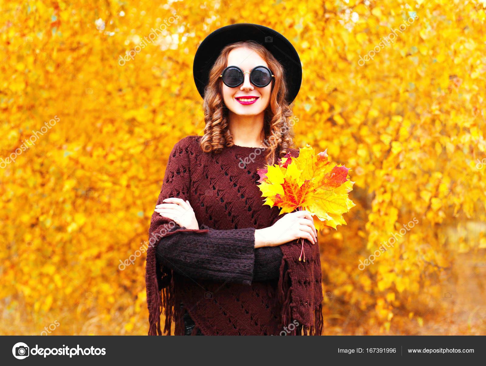 femme souriante d\'automne mode chapeau rond noir, poncho tricoté ...
