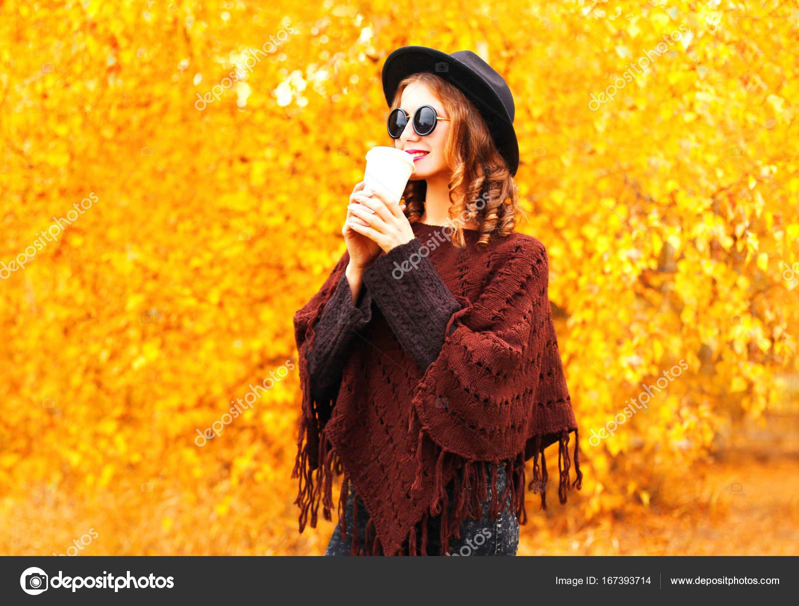 Mujer otoño moda bebe café en sombrero negro redondo, punto p — Foto ...