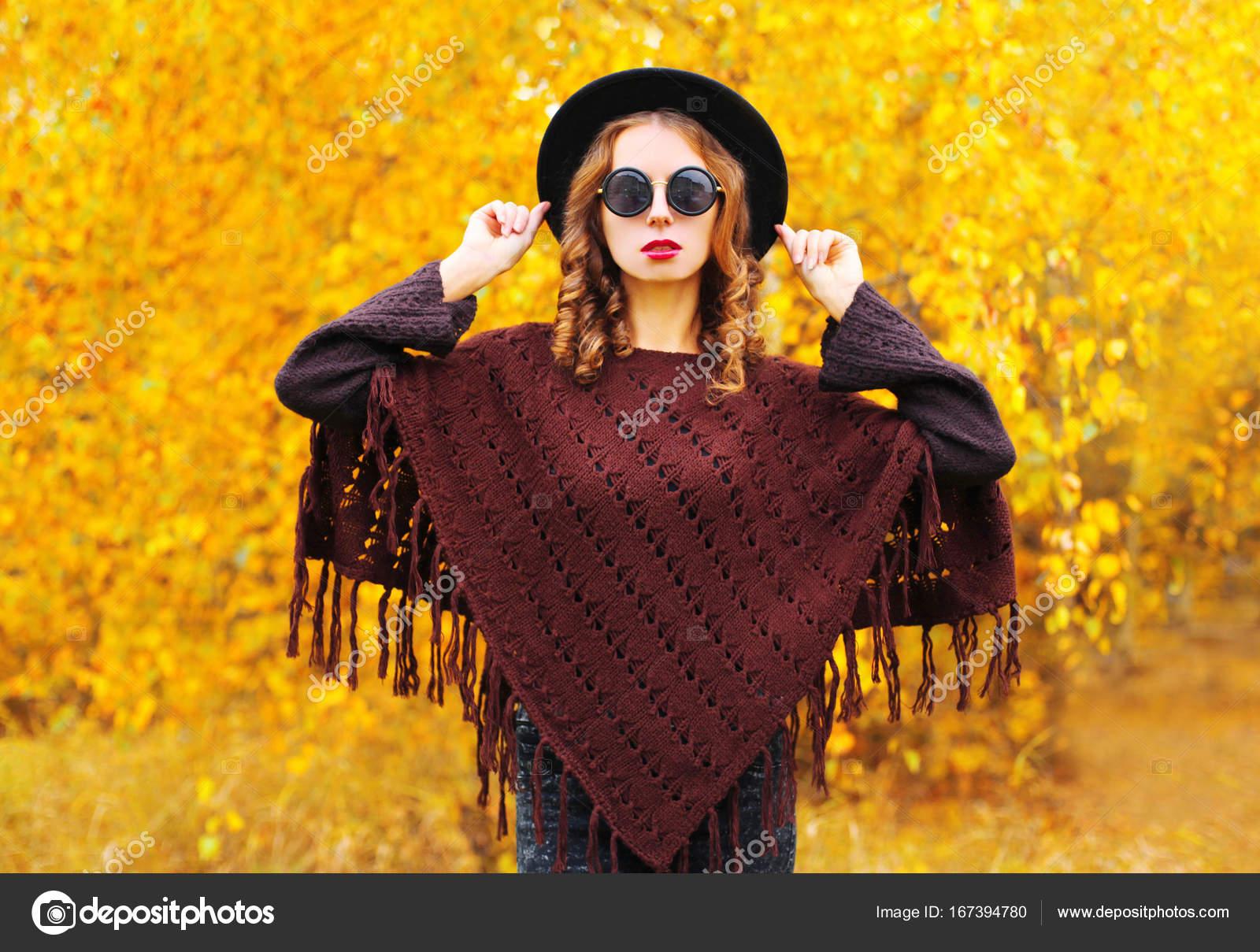 Femme Fashion en portant un chapeau rond noir, tricoté p journée d ...