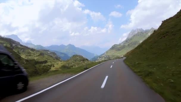 KLAUSENPASS, ŠVÝCARSKO - 6. srpna 2018: Klausenský průsmyk - 1948 m je průsmykem ve švýcarském kantonu Uri. Průsmyk vede z Altdorfu přes Schachental přes průsmyk do Linthalu
